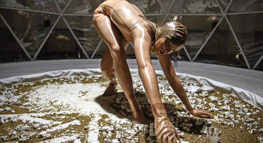 I forestillingen »MASS - bloom exlporations« samarbejder danseren Hilde I. Sandvold med melorme om at gøre en flamingokasse til muld.