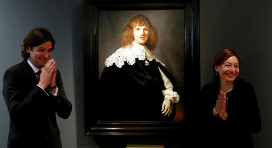 Den hollandske kunsthandler, Jan Six, præsenterede forleden på Hermitage Museet i Amsterdam det nyopdagede Rembrandt-maleri, »Portræt af en ung mand«. Til højre museets direktør Cathelijne Broers.