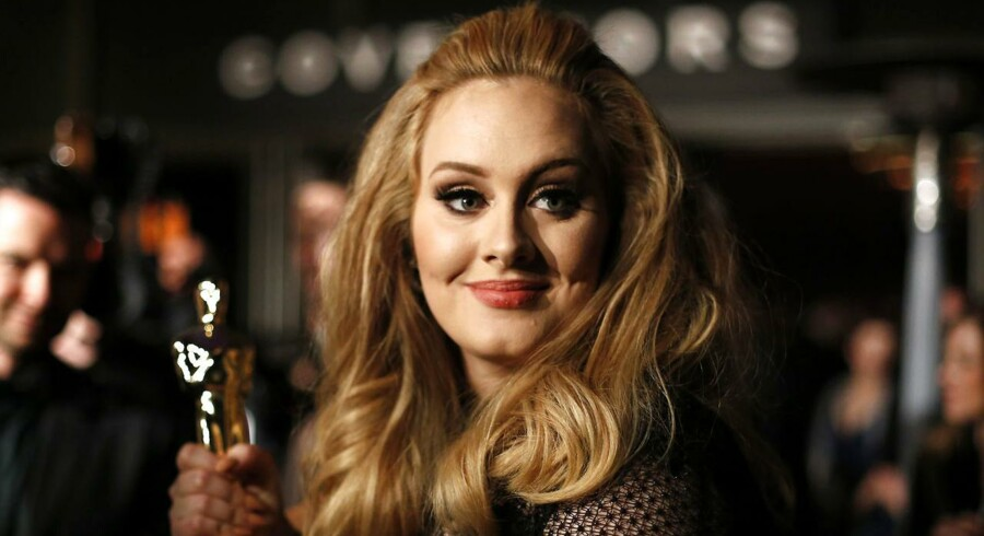 Adele med sin Oscar for bedste sang, som hun fik for titelsangen til James Bond-filmen med samme navn »Skyfall« i 2012.