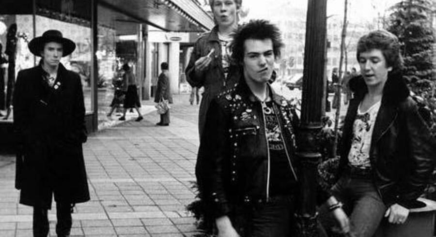 Sid Vicious i forgrunden - med lygtepælen - og de tre andre medlemmer af Sex Pistols rundt om ham. Det var følelsen af »no future«, så det ville sig en ting. Foto fra bogen »Never mind the bollocks«.