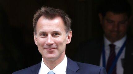 Storbritanniens nye udenrigsminister, Jeremy Hunt, på vej ud af Downing Street 10 i det centrale London efter tirsdagens kabinetsmøde i den ommøblerede britiske regering.