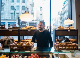 Jesper Friis adm. direktør for Lagkagehuset i den første butik i London.