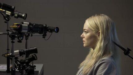 Emma Stone spiller Annie - der melder sig til en række radikale forsøg - med en veldoceret blanding af anspændthed, aggression og sødme. Foto: Michele K. Short/Netflix.
