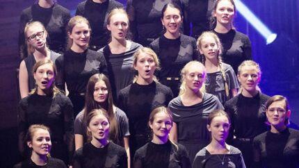 Man kan ikke synge fællessang alene. Det handler om os, danskerne, landet, byen, livet. I smukt med DR Pigekoret, som også sang, da Danmark Radio fyldte 90 i 2015.