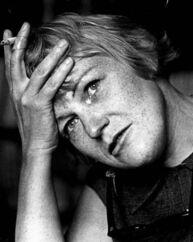 »Jeg er svensk./Jeg har en sygeforsikring./Jeg græder på mit kammer./Jeg kommer til at dø af kræft«. Det sidste blev desværre virkelighed. Sonja Åkesson døde af leverkræft i 1977.