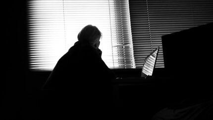 Genrefoto. Romance scam eller datingsvindel, som det også kaldes, er et digitalt fænomen, som verden de seneste år har set mere og mere af. Svindlerne er organiserede kriminelle oftest fra Vestafrika, som franarrer ensomme og sårbare mennesker i Vesten for sammenlagt milliarder af kroner. Foto: Thomas Lekfeldt