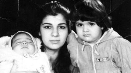 Privatfoto taget omkring år 1990, hvor Razan som 17-årig ankom til Danmark med sin kurdiske eksmand og et barn på hver arm. Sønnen Kardo (TV) var cirka 6 måneder gammel, mens datteren Kani (TH) var cirka to et halvt.