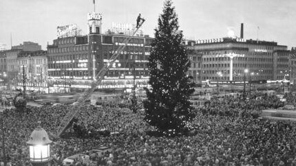 Traditionen med juletræ på Rådhuspladsen startede i 1914. På nær to år i løbet af anden verdenskrig, har et nyt juletræ spredt hygge og julestemning på pladsen hvert år lige siden.Her har en kæmpe folkemængde samlet sig i 1954, da byens juletræ på Rådhuspladsen tændes.