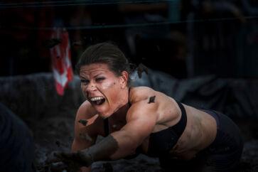 Valbyparken bød lørdag på et løb af den mere utraditionelle slags. Konceptet 'Warrior Dash (som kan oversættes til kriger-sprint) er opstået i USA og sender hundreder af løbere op ad lodrette vægge, gennem mudderpøle og over ild. I alt skulle deltagerne i Valbyparken passere hele 15 forhindringer, før de kunne gøre sig fortjent til en 'I survived Warrior Dash'-medalje ('Jeg overlevede Warrior Dash).Klik videre og se de vilde billeder fra deltagernes tur gennem mudderet.