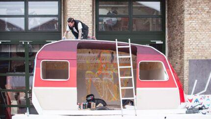 Torsdag den 30. juli lyder startskuddet til dette års udgave af Trailerpark Festival ved Copenhagen Skate Park. Her smelter kunst, musik og teknologi sammen frem til og med lørdag den 1. august.By-festivalens scener består blandt andet af et cirkustelt og en indendørs skatebane. Mellem koncerterne kan man chille i gynger, på træpaller og i campingvogne, der har fået en kunstnerisk overhaling.Her er det den amerikanske kunster Richard Colman, der udsmykker sin campingvogn.