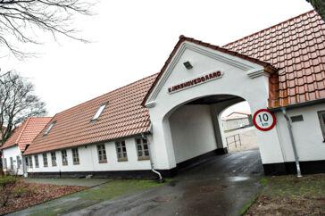 Det tidligere åbne fængsel Kærshovedgård uden for Ikast er blevet et udrejsecenter, hvor afviste asylansøgere, udvisningsdømte og folk på tålt ophold er blevet placeret siden 2016.