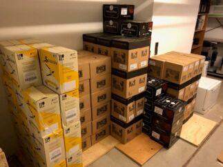Her er noget af den indkøbte vin, som Akademikernes A-kasse fandt i a-kassens lokaler, da sagen begyndte at rulle i september 2018. Bemærk, at nogle af vinmærkerne på billedet lige præcis er dem, der udløser bonuspoint til en eksklusiv rejse til Sydafrika i 2020 hos a-kassens udvalgte vinhandler i Aalborg