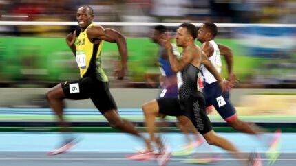 Se på billedet. Usain Bolts smil. Helt skarpt, mens benene hjuler, og konkurrenterne skærer ansigter. Mere behøver man i grunden ikke vide. Usain Bolt er verdens hurtigste menneske. Foto: Cameron Spencer