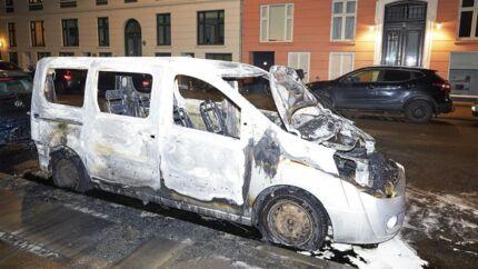 Udbrændte biler ved Otto Krabbes Plads på Vesterbro i København. 1. januar 2019.