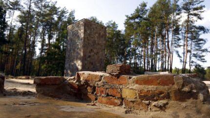 Ruinerne af gaskamrene i udryddelseslejren Sobibor, der blev fundet ved arkæologiske udgravninger i 2014. Mindst 150.000 jøder blev myrdet i lejrens gaskamre.