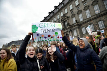 Fredag d. 15. marts samlede tusindvis af skoleelever sig i byer landet over. De strejkede for klimaet. Klimastrejken foregår verden over og i føresædet sidder skolebørn, der vil vise politikerne, at der skal handles for at beskytte planeten mod klimaforandringerne.