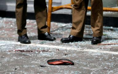 Et offers sko ligger foran Kochchikade-kirken efter en eksplosion i Colombo.