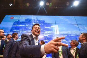 Komikeren Volodymyr Selenskij vandt søndag en jordskredssejr ved valget i Ukraine.