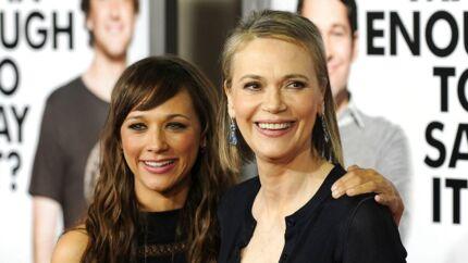 Til venstre ses skuespilleren Rashida Jones stående ved siden af sin mor Peggy Lipton.