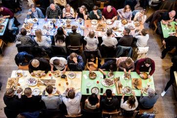 Der kan spise op til 250 mennesker i Absalon. Hver mandag serveres der for eksempel vegetarisk, mens der om fredagen serveres kød. Billetten købes i døren til 50 kr., og man kan være sikker på at komme til at sidde ved siden af nogle, man ikke kender.
