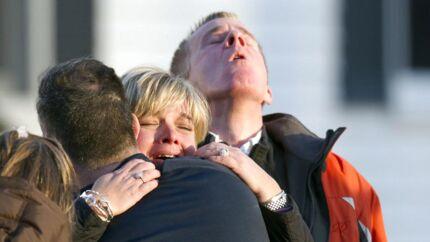 Pårørende til elever på Sandy Hook Elementary School efter massakren, som konspirationsteoretikere hævder aldrig fandt sted.