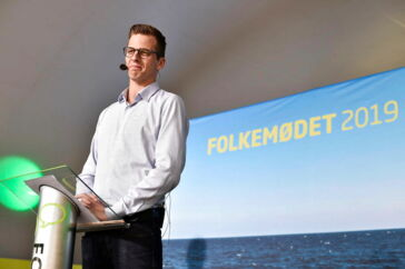 Alex Varnopslagh fra Liberal Alliance holder partiledertale på Hovedscenen i Allinge på Bornholm under Folkemødet 2019.