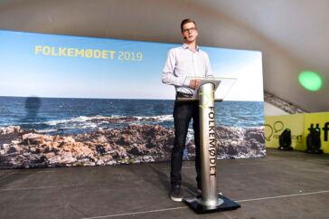 Liberal Alliances nye formand, Alex Vanopslagh, har fuld opbakning fra Lilian Parker Kaule. Her ses han holde partiledertale på Hovedscenen i Allinge på Bornholm under Folkemødet 2019.