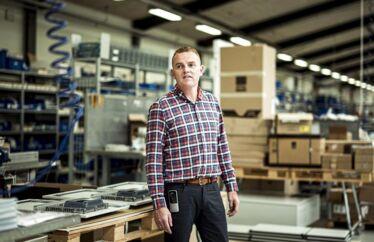 »Udenlandsk arbejdskraft er vigtig for os – der er ganske enkelt for få faglærte elektrikere i Danmark lige nu, så det er nødvendigt, at vi får nogle faglærte ind – også fra tredjelande af,« siger produktionsdirektør Sonni Tønder fra virksomheden Pro-Automatic.