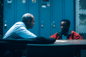 En af scenerne fra serien, hvor politiet er igang med de omdiskuterede afhøringer, hvor drengene blev spillet ud mod hinanden og lokket med løfter om at komme hjem, hvis de tilstod.