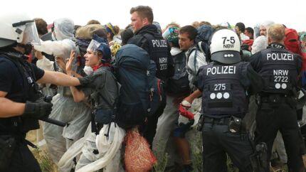 Tysk politi førsøgte at holde aktivisterne ude af kulminen.