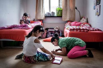 Børnene på Udrejsecenter Sjælsmark ønsker at bo et sted uden hegn, kontrol og kantine. Her ses Amir (bagerst), Margrethe og Hadis, som har boet på udrejsecentret i mere end et år.