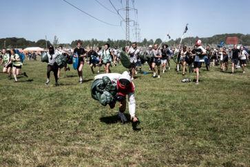 Roskilde Festival åbnede klokken 16, og der gik få sekunder før støvet hvirvlede op, efter de første mange løbere havde passeret hegnet ved indgang East.