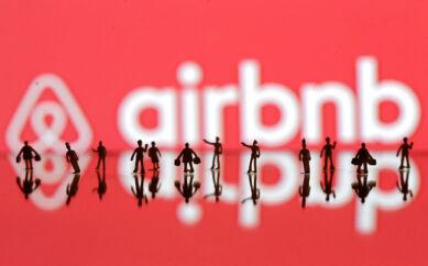 RB PLUS Airbnb slår den aarhusianske hotelbranche- - ARKIVFOTO Airbnb logo- - Se RB INDLAND 09.15. Airbnb slår den aarhusianske hotelbrancheAirbnb er blevet den største udbyder af overnatninger i Aarhus. Dermed er deleøkonomi ikke længere kun er et københavnerfænomen, vurderer ekspert.. (Foto: DADO RUVIC/Scanpix 2017)