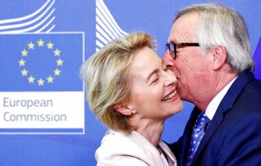 Tyske Ursula von der Leyen håber at få mere end et bare kys af kommissionsformand Jean-Claude Juncker. Hun håber at overtage hans job de næste fem år. Det skal afgøres tirsdag aften.
