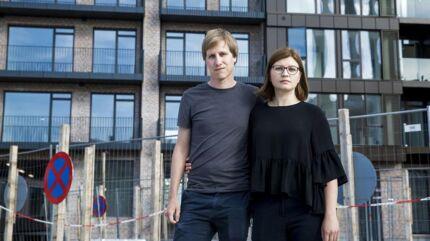 Adriana Ion og Jan Kremer foran den ejerlejlighed til mere end fem millioner kroner på Enghave Brygge, som de nu ikke kan flytte ind i til planlagt tid på grund af et slagsmål om lokalplan mellem Københavns Kommune og bygherre NPV.