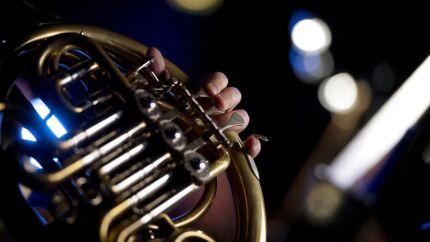 Hvis man holder af klassisk musik eller anden stor kunst, behøver man ikke få stimuleret sin interesse ved, at præsentationen smøres ind i overdrivelser og søgthed.