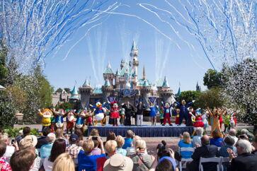 Disneylands ansatte får mere end det dobbelte af mindstelønnen, lyder det i et svar fra Disney-koncernen til grundlæggerens barnebarn, som har kritiseret arbejdsforholdene for de ansatte.