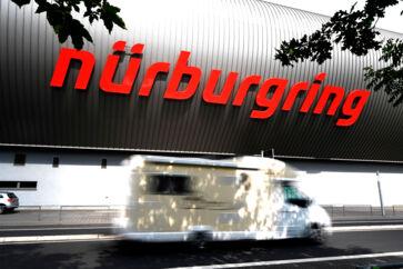 Nürburgring tiltrækker alle former for bilentusiaster. Både dem, der vil prøve banen selv, og dem, der håber at få et glimt af en fabriksprototype, eller som bare vil nyde udsigten til alle de højpotente biler, der valfarter dertil på de åbne Turistenfahrer-dage, hvor offentligheden har adgang til banen.