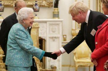 ARKIVFOTO: Dronning Elizabeth og daværende udenrigsminister Boris Johnson mødes på Buckingham Palace i 2016. Onsdag mødes de igen.