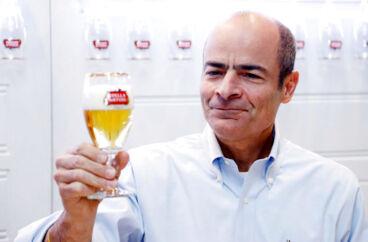 Carlos Brito, der er topchef for verdens største bryggerikoncern, Anheuser-Busch InBev, har været med fra ølgigantens spæde start i et brasiliansk bryggeri i 1989. Her nyder han selv en Stella Artois-øl i Leuven i Belgien, hvor AB InBev har hovedsæde.