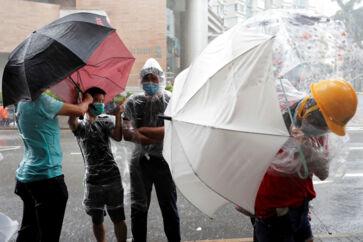 Tirsdag blev 43 demonstranter anholdt for optøjer i Hongkong.