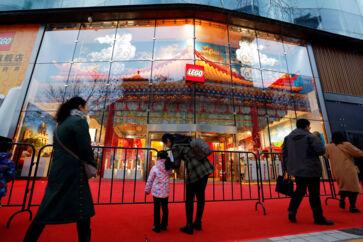 (Arkiv) Lego vandt i 2018 markedsandele over hele verden, også i Kina, hvor selskabet omkring årsskiftet åbnede en falgskibsbutik nær Wangfujing-indkøbscentret i Beijing. Foto: Florence Lo / Reuters / Scanpix