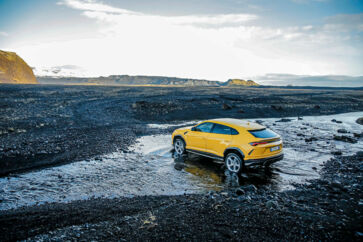 Lamborghini Urus er på mange måder både perfekt og livsfarlig i kombination med Island. Den hylder samme vovemod og eventyrlyst som vulkanøen, men den lokker også til unoder på samme måde som den islandske fandenivoldskhed.