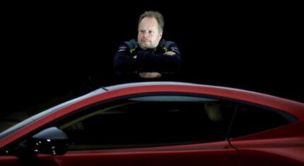 Andy Palmer, der har været topchef for den britiske bilproducent Aston Martin siden 2014, er kommet i modvind siden sidste års børsdebut, der skulle markere det ikoniske bilmærkes genfødsel efter mange års underskud. Men trods kraftige kursdyk og nye underskud er han stadig overbevist om, at hans ambitiøse planer holder. Her viser han en Vantage-model frem i 2017.