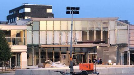 Det meste af facaden på Skattestyrelsens bygning på Østbanegade på Østerbro blev kraftigt beskadiget.