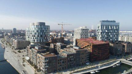 Århusgadekvarteret i den nye bydel 2150 Nordhavn har både havnebad, baggrundsarkitektur og en vej der bugter – tre gode ting.