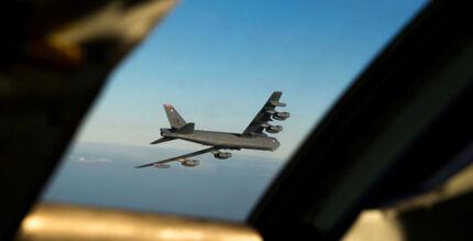 Et B-52 Stratofortress langtækkende bombefly er på vej tilbage til Storbritannien efter en tur over Norge.