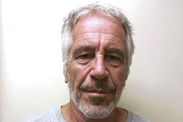 Jeffrey Epstein, der stod foran en retssag, hængte sig i sin celle i New York lørdag.