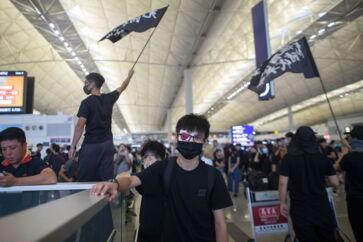 Myndighederne har lukket Hongkongs lufthavn efter demonstranter rykkede ind. Lufthavnen er en af de travleste i verden. Foto: EPA/Jerome Favre/Ritzau Scanpix