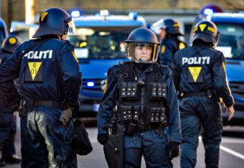 Ingen ved, hvor mange danske betjente, der lider af PTSD. Her er det betjente i Randers, der gør sig klar til en storstilet øvelse, hvor de skal trænes i konfrontationer under demonstrationer.
